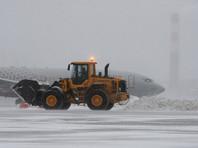 Десятки рейсов задерживаются в аэропортах Москвы из-за рекордного снегопада