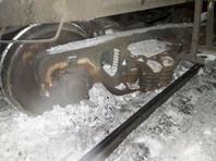 Под Мурманском слетел с путей грузовой поезд: под вагоном развалилась тележка