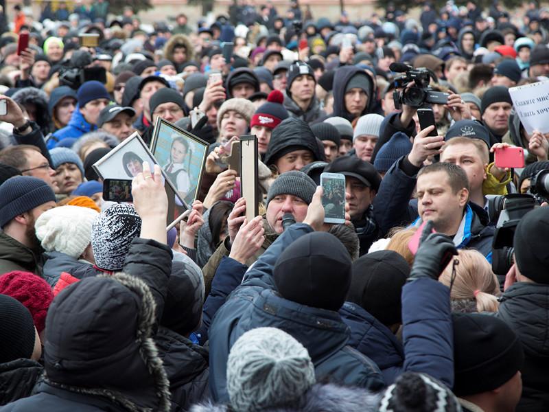 Студенты поинтересовались у Пескова, почему президент РФ Владимир Путин, несмотря на свой визит в Кемеровскую область 27 марта, не стал выходить к участникам стихийного митинга столице региона, среди которых были родственники погибших во время пожара