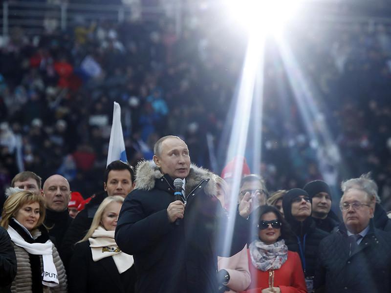 """Владимир Путин, который баллотируется на новый срок на посту президента РФ, приехал на проходящий в субботу в Лужниках митинг его сторонников. Присутствующим он пообещал """"десятилетие ярких побед"""", если он победит на выборах"""