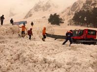 В Кабардино-Балкарии лавиной накрыло автостоянку, спасатели ищут людей