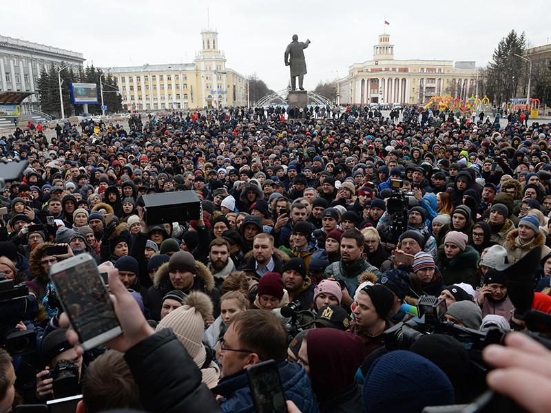 """По сведениям """"Тайга.инфо"""", на площадь Советов вышли около 1,5 тыс. человек. Кемеровский паблик в Instagram Kuzbass_news сообщает о 4 тыс. участников"""