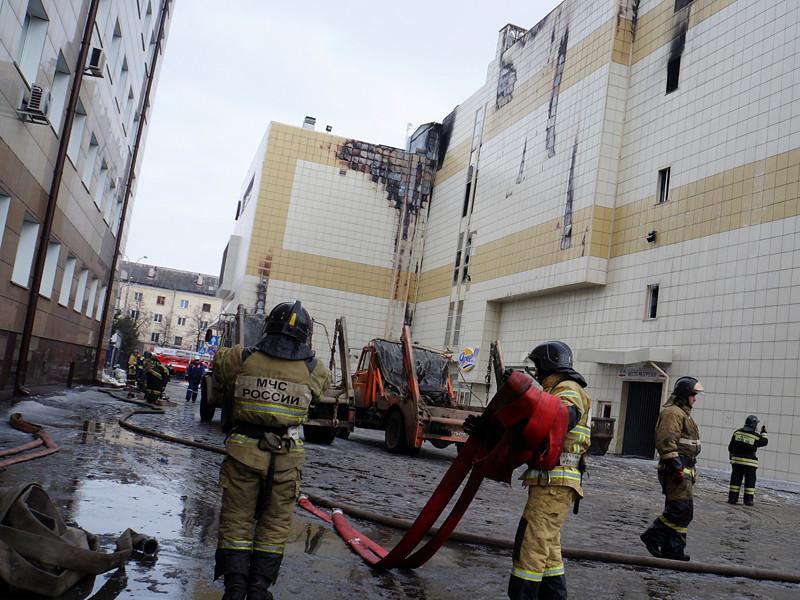 """Пожарные описали свою версию событий в момент прибытия к торговому центру """"Зимняя вишня"""" в Кемерово во время начавшегося в здании пожара, жертвами которого стали 64 человека"""