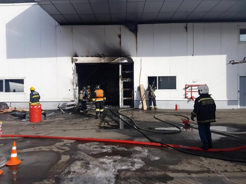 В Санкт-Петербурге загорелся автоцентр: пожару присвоен второй номер сложности