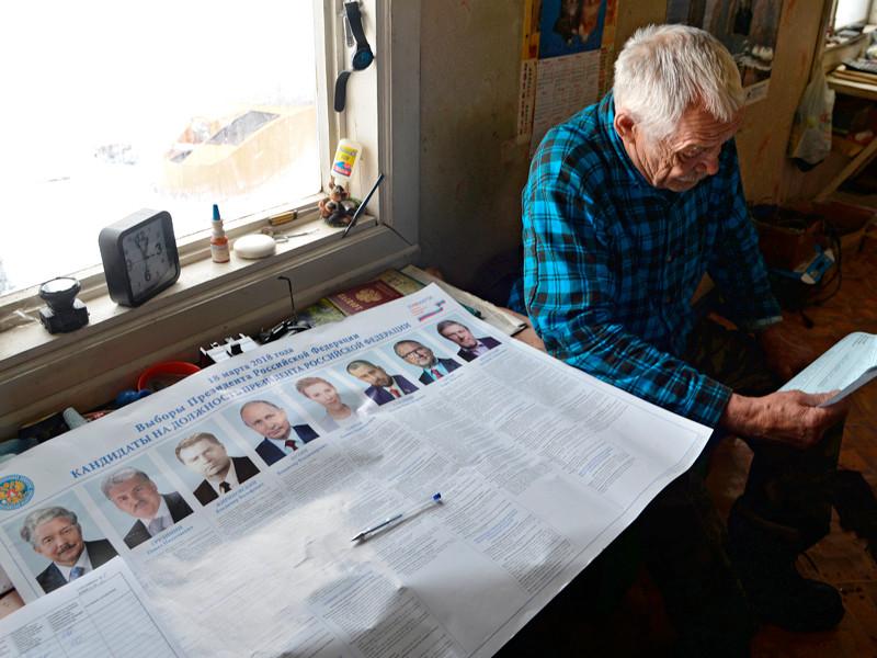 Сотрудник маяка на Мысе Песчанном в Хабаровском крае во время досрочного голосования на выборах президента Российской Федерации