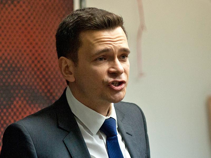 Оппозиционный политик Илья Яшин заявил, что его бабушку в пансионате донимают журналисты по заказу мэрии Москвы