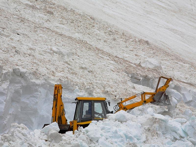 """В Тляратинском районе Дагестана в результате схода снежной лавины нарушено сообщение с 51 населенным пунктом с населением более 15 тысячи человек. """"Работы по расчистке автодороги из-за угрозы повторного схода лавины перенесены на 10 марта"""", - добавили в МЧС"""