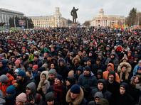 Участники стихийного митинга в память о жертвах пожара в торгово-развлекательном центре «Зимняя вишня» на площади Советов у здания администрации в Кемерово, 27 марта 2018 года