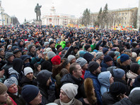 """Кемерово, где во вторник состоялся митинг в связи с пожаром в торговом центре """"Зимняя вишня"""", унесшим жизни 64 человек, местные жители обратили внимание на проезд по улицам областного центра колонны военной техники"""