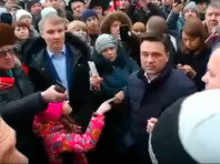 """""""Девочка Таня на митинг пришла..."""": 10-летняя школьница на пальцах показала губернатору Воробьеву, что его ждет из-за свалки в """"Ядрово"""""""