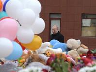 Путин положил букет роз к стихийному мемориалу, куда люди приносят цветы, мягкие игрушки и фотографии погибших. Также Путин и полпред президента РФ в Сибирском федеральном округе Сергей Меняйло осмотрели фасад сгоревшего здания