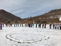 Волонтеры прошли 14 км по льду Байкала и выстроились в фигуру нерпы (ФОТО)