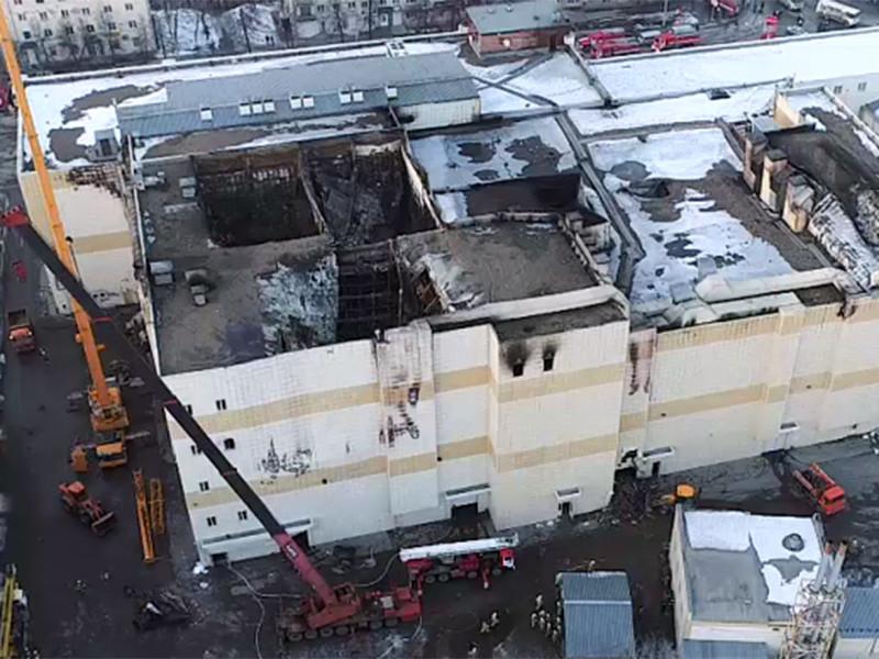 """Родственники погибших в кемеровском торгово-развлекательном центре """"Зимняя вишня"""" рассказали, что жертв пожара могло быть значительно меньше и большинство детей можно было бы спасти. Однако двери в залах кинотеатров на четвертом этаже ТЦ оказались закрыты снаружи"""