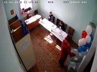 На участке в Ленобласти урну для голосования передвинули в кадр по требованию вооруженного сотрудника Росгвардии