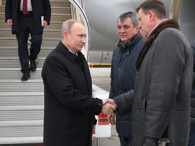 """Президент РФ Владимир Путин прибыл в Кемерово, где в воскресенье произошел крупный пожар в торгово-развлекательном центре """"Зимняя вишня"""", в результате которого погибли более 60 человек"""