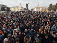 Участники стихийного митинга в память о жертвах пожара в торгово-развлекательном центре «Зимняя вишня» на площади Советов у здания администрации в Кемерово