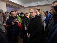 Президент РФ Владимир Путин, прилетевший в Кемерово во вторник, призвал активистов, с которыми он встретился, не верить слухам