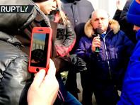 Сергей Цивилев попросил прощения у участников митинга, встав при этом на колени