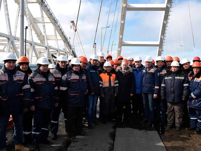 В среду, 14 марта, президент РФ Владимир Путин в ходе визита в Южный федеральный округ осмотрел готовый участок автодорожной части моста через Керченский пролив