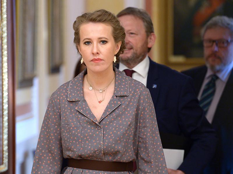Ксения Собчак, которая на минувших президентских выборах, по предварительным данным, набрала 1,67%, на встрече всех кандидатов в Кремле передала Владимиру Путину папку с именами политзаключенных