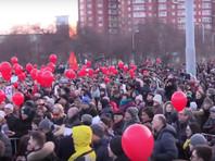 Тысячи жителей Екатеринбурга вышли на площадь Обороны, где 2 апреля проходит митинг, анонсированный главой города Евгением Ройзманом, против отмены прямых выборов мэра столицы Свердловской области