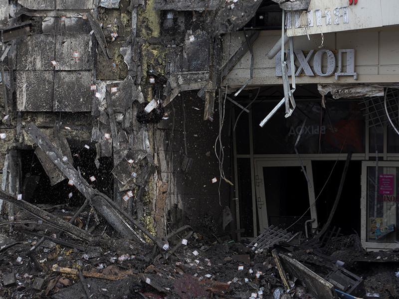 """Следователи-криминалисты при осмотре сгоревшего здания торгово-развлекательного центра """"Зимняя вишня"""" в Кемерово обнаружили пучок высоковольтных проводов, проложенных через батутный зал"""