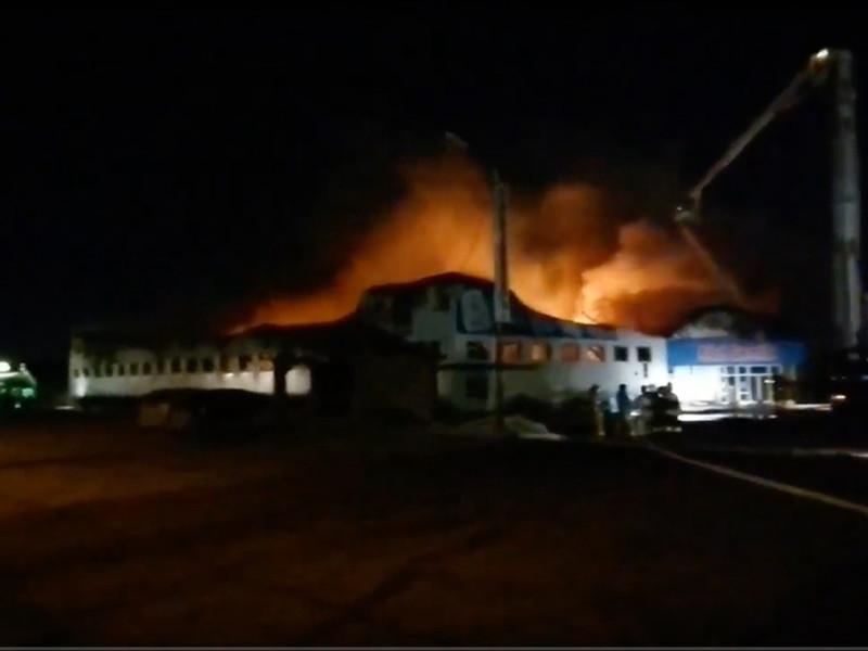 В Тюмени произошел крупный пожар в магазине игрушек Rich family, расположенном на Кремлевской улице.