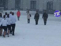 Организаторы конкурса, выпустившие уральских курсантов маршировать в снегопад в летних рубашках и юбках, заявили, что дети были в термобелье