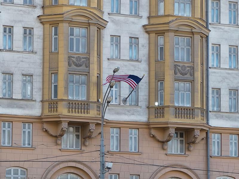 Сотрудники посольства США в Москве рано утром 5 апреля стали покидать здание дипмиссии. Как сообщил сайт RT, около 04:00 легковые машины и пассажирские автобусы начали заезжать на территорию посольства в Большом Девятинском переулке