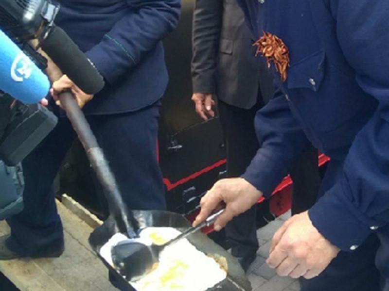 """В Саратове машинисты ретропоезда """"Победа"""" поздравили горожан с наступающим праздником и угостили их яичницей, поджаренной на лопате"""