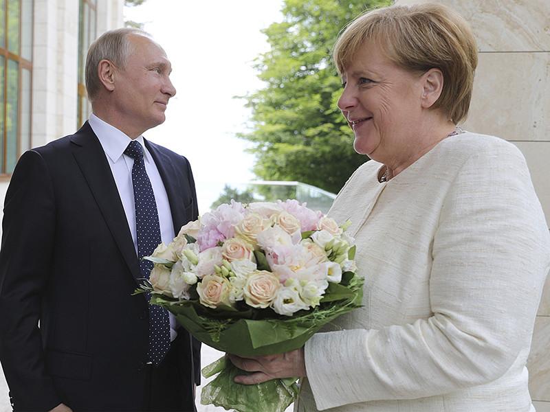 Вызвавший громкий скандал букет, который президент РФ Владимир Путин недавно вручил канцлеру Германии Ангеле Меркель, и цветы, полученные от главы российского государства женой французского лидера Эмманюэля Макрона, имеют одинаковое происхождение, выяснило издание Daily Storm