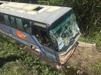 Поездка псковских школьников на экскурсию в Петербург прервалась из-за падения автобуса в кювет, пострадали 14 человек