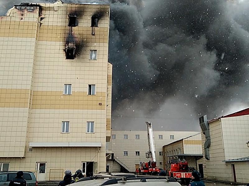 """В Кемерово рабочие прекратили снос здания сгоревшего торгового центра """"Зимняя вишня"""" после того, как на место прибыли сотрудники полиции."""