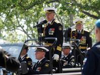 Командующий Черноморским флотом Александр Витко (в центре) во время военного парада, посвященного 71-й годовщине Победы в Великой Отечественной войне, в Севастополе, 9 мая 2016 года