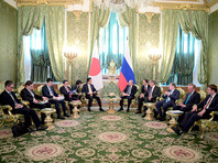 26 мая 2018. Президент РФ Владимир Путин и премьер-министр Японии Синдзо Абэ (в центре слева) во время встречи