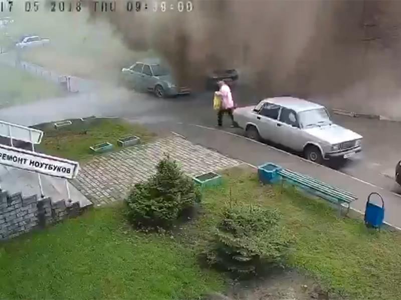 В Барнауле на улице Балтийской произошел прорыв трубопровода, в результате которого поток воды обрушился на проходившую мимо пенсионерку