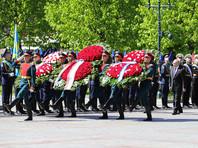 Президент, обратив внимание на эту ситуацию, подошел к ветерану и пригласил его на церемонию возложения венков