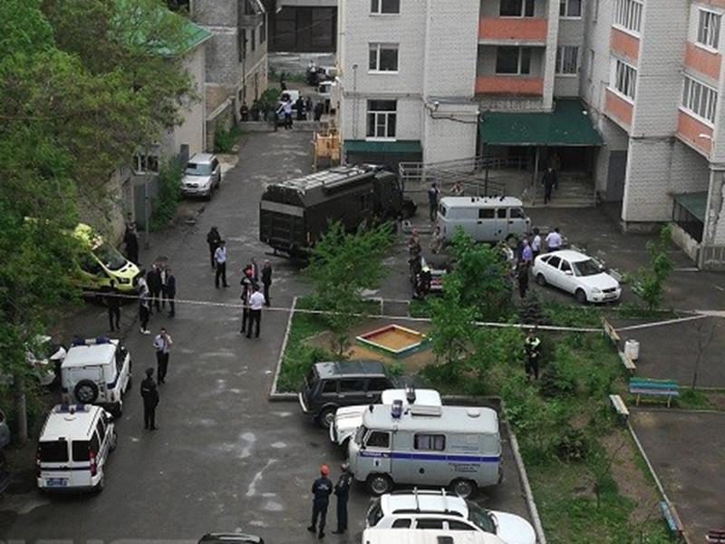 На Юге Ставрополя в многоэтажке, расположенной на улице Шпаковской, прогремел взрыв. Погиб один человек. Сейчас на месте взрыва работают полиция и следователи