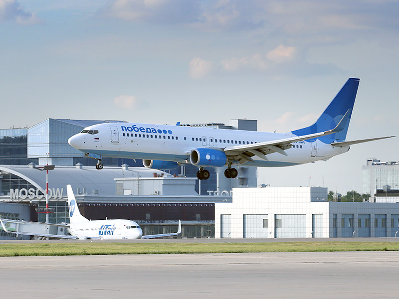 """Самолет Boeing 737-800 авиакомпании """"Победа"""" совершает посадку в аэропорту """"Внуково"""", 14 июля 2016 года"""