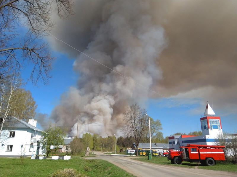 В селе Пугачево на юге Удмуртии продолжают тушить крупный пожар, возникший накануне днем на территории бывшей воинской части. Сообщалось, что в результате возгорания сухой травы произошла единичная детонация оставшихся боевых снарядов