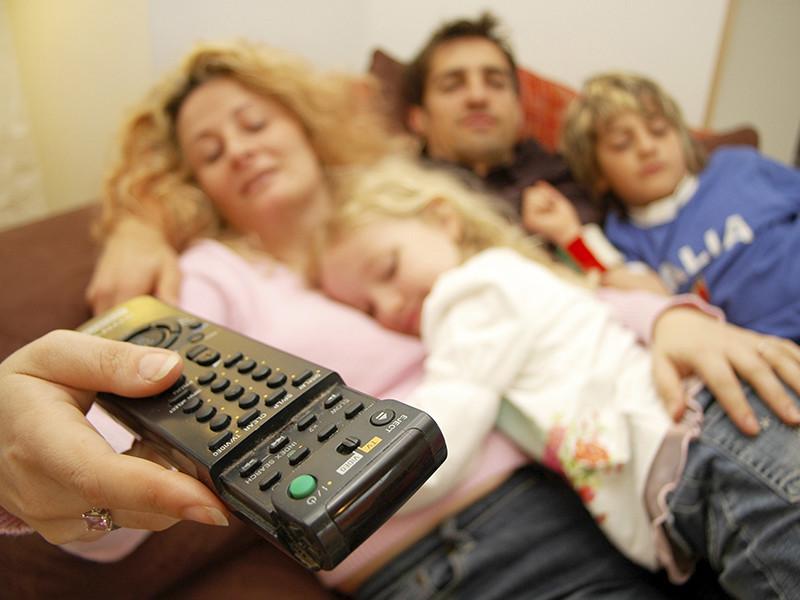 Просмотр телевизора, денежная прибыль и досуг с детьми, как и восемь лет назад, являются главными поводами для радости среди россиян