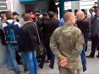 """Казаки и люди в камуфляже пытались сорвать """"протестный"""" фестиваль в Сахаровском центре Москвы"""