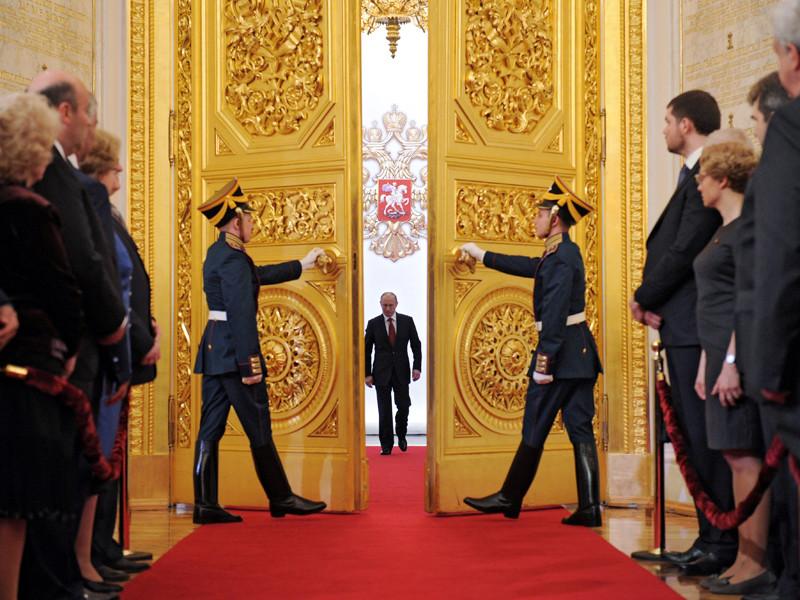 Владимир Путин (в центре) входит в Андреевский зал Большого Кремлевского дворца во время церемонии инаугурации, 7 мая 2012 года