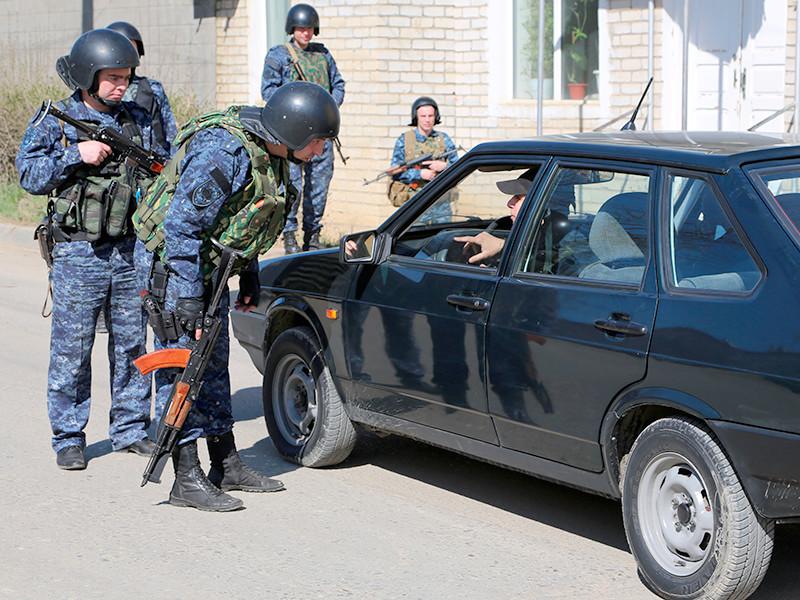 Полицейские в Дагестане берут у местных жителей, ранее осужденных по экстремистским и террористическим статьям, расписки о невыезде за пределы республики на время проведения чемпионата мира по футболу