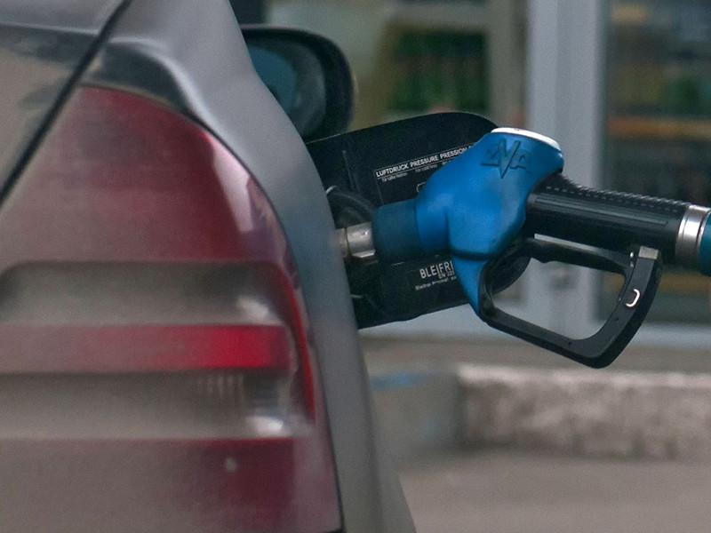 Большинство россиян (64%) в последние два месяца заметили значительный рост цен на бензин и среди его причин чаще всего называют экономическую политику российских властей (66%)