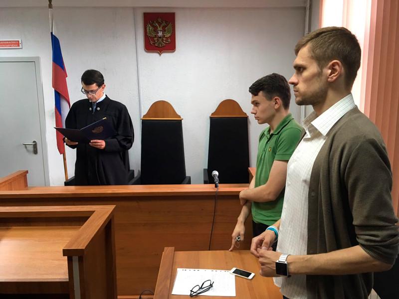 Калининградский суд оштрафовал на 150 тыс. рублей Владимира Неманова (на фото - второй справа) за участие в протестной акции 5 мая
