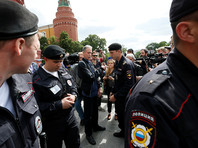 В отношении британского ЛГБТ-активиста, задержанного у Красной площади с плакатом, возбуждено административное дело
