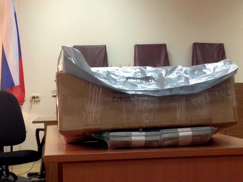 Коробка с изъятыми деньгами в здании Замоскворецкого суда, где проходило слушание по делу экс-министра экономического развития Алексея Улюкаева, 8 ноября 2017 года