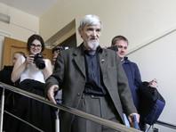 """Главу карельского """"Мемориала"""" Юрия Дмитриева, задержанного накануне по новому делу о сексуальном насилии в отношении его приемной дочери, отправили под арест. Суд арестовал историка на два месяца, до 28 августа"""