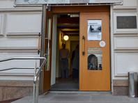 """В Москве сотрудники полиции провели эвакуацию здания на Каретном Ряду, в котором располагается правозащитная организация """"Мемориал"""""""